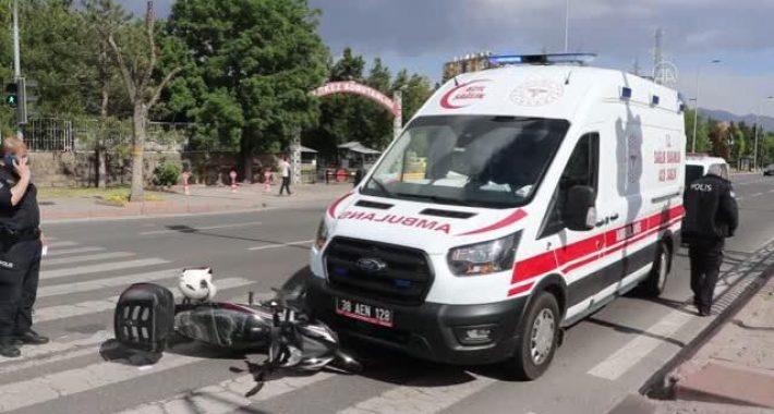 Motosikletle ambulansın karıştığı kazada bir sağlık personeli yaralandı